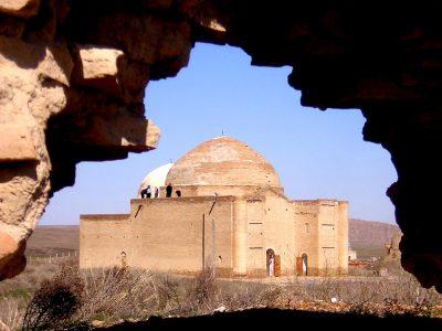 Мечеть-мавзолей Ыскак-Баба на территории средневекового городища Баба Ата