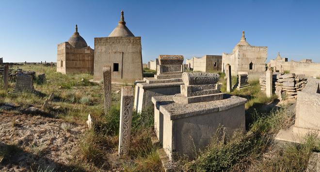В некрополе Сисем ата находятся 30 мавзолеев батыров, биев рода адай
