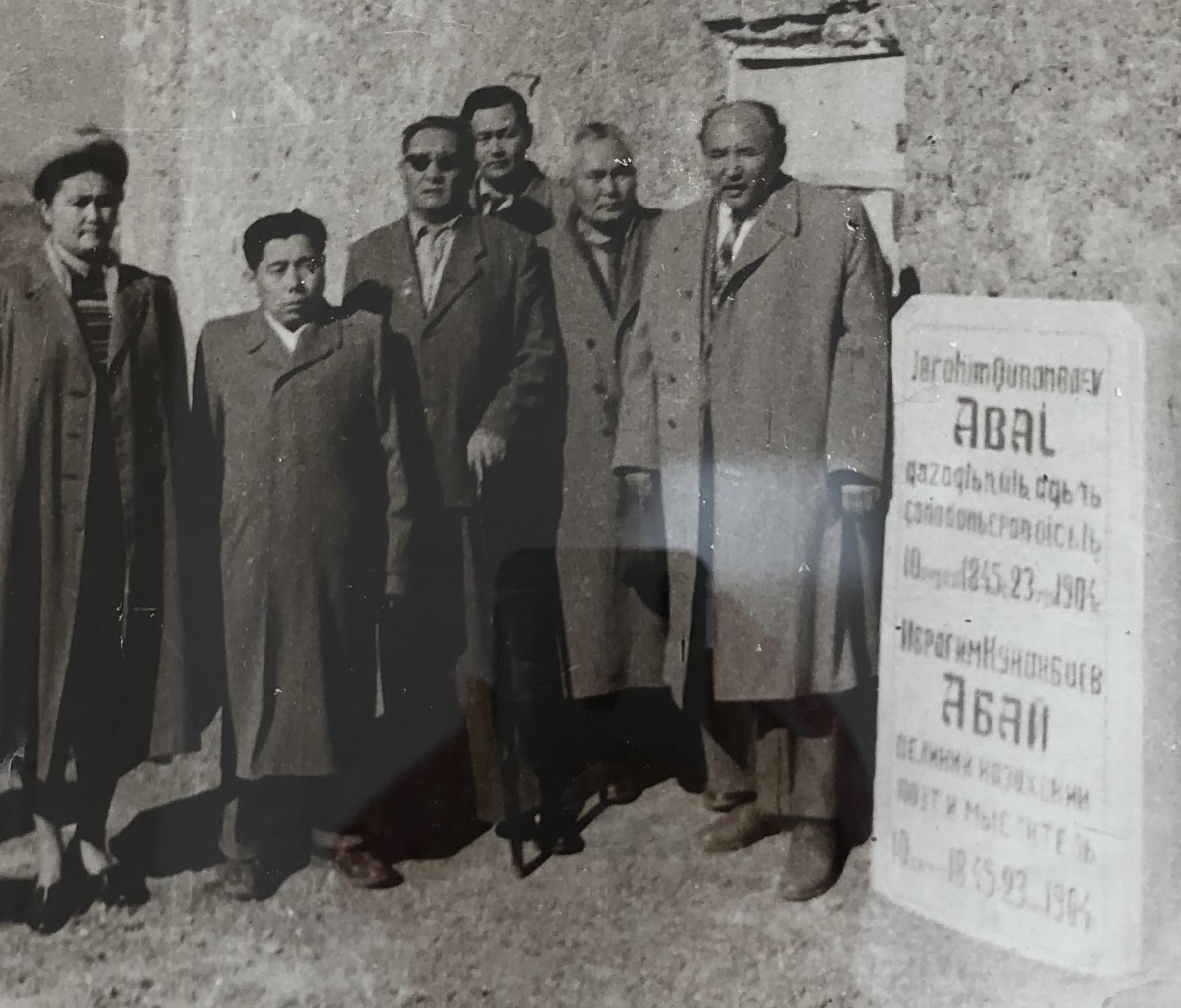 1940 г. Мухтар Ауэзов с соратниками около старого мавзолея Абая Кунанбаева, установленного после его смерти в 1904 г.